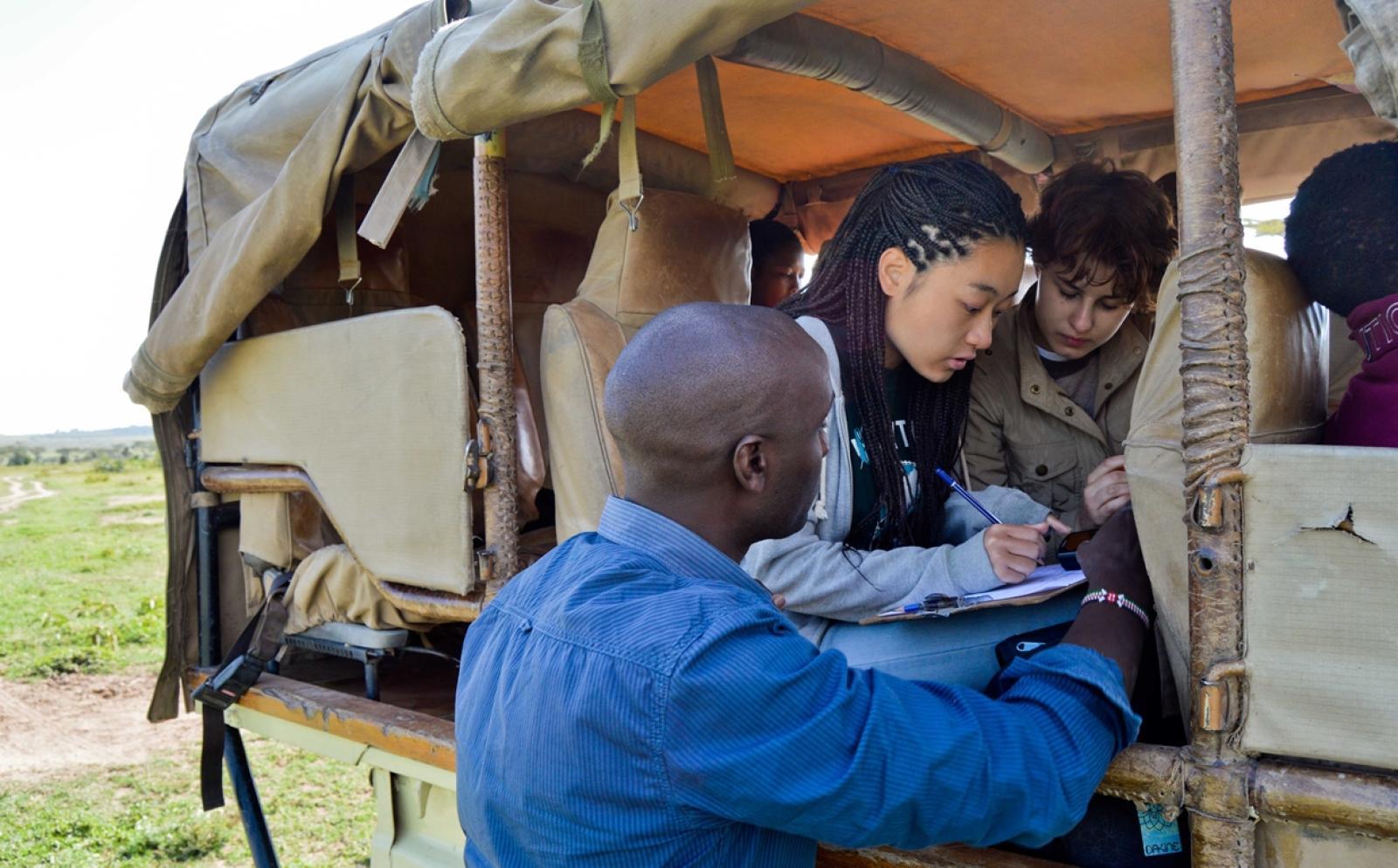 ケニアの大地で生態系調査に貢献する日本人ボランティアと仲間たち